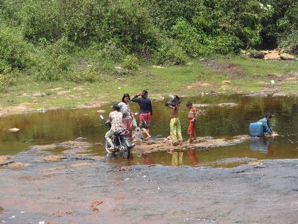 Wäsche am Fluss